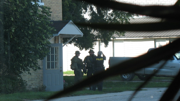 OPP officers seen near Allan St. carrying guns. (Aug. 26, 2016)