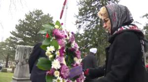 Kathleen Wynne lays a wreath at the grave of Buckam Singh. (Jan. 21, 2017)