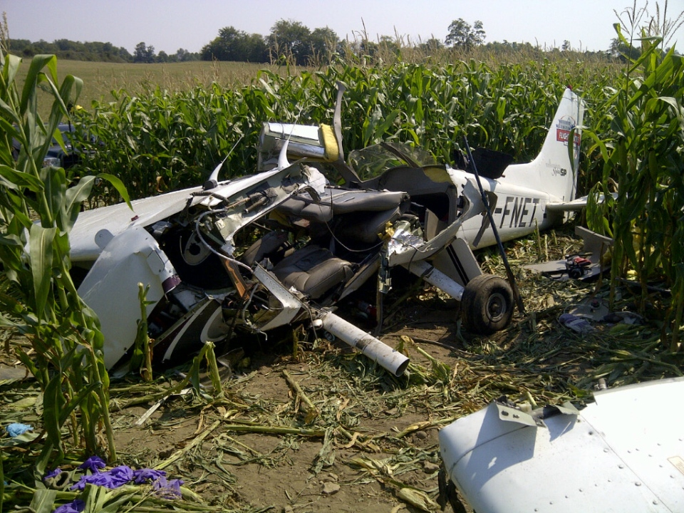 Wreckage of a Cessna 172 in a corn field near Mapleton, Ontario (Transportation Safety Board of Canada)